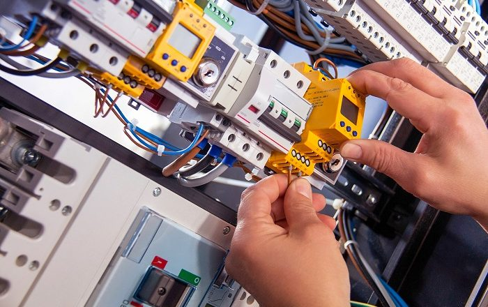 4 Telltale Signs That an Emergency Electrician Must Visit Your Property